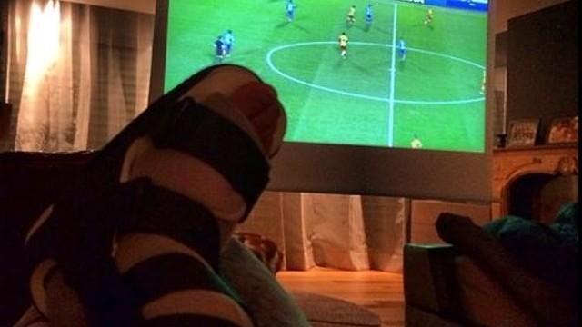 Neymar Jr, amb el peu embenat, veient el partit des de casa seva / FOTO: neymarjr (Instagram)