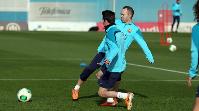 Iniesta, amb Cuenca, durant l'entrenament d'aquest dilluns / FOTO: MIGUEL RUIZ-FCB