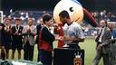 Iniesta recibe el trofeo de la Nike Premier Cup de la mano de Pep Guardiola. / FOTO: ARXIU-FCB