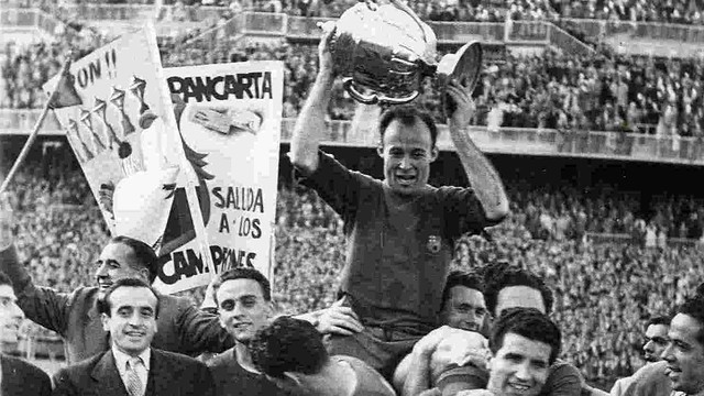 César lifting the 1951 Cup after Barça beat Real Sociedad. / PHOTO: ARXIU-FCB