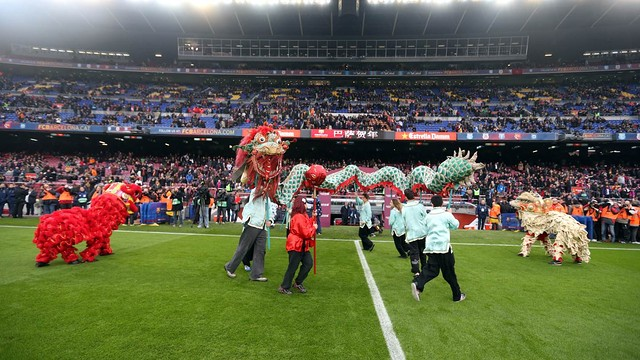 The Dragon and Lion dance before kick off at the Camp Nou / PHOTO: MIGUEL RUIZ - FCB