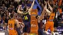 Rafa Martínez intenta la cistella davant de Navarro i Papanikolaou. FOTO: ACB Photo/M.A. Polo