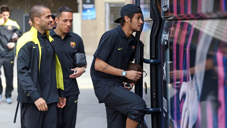 Alves, Neymar e Adriano rumo ao hotel de concentração