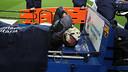 Valdés, abandonant el terreny de joc en llitera / FOTO: MIGUEL RUIZ - FCB