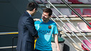President Bartomeu greets Leo Messi / PHOTO: GERMÁN PARGA - FCB