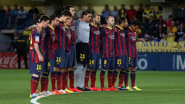 Emotiu minut de silenci dels jugadors del Barça al Madrigal / FOTO: MIGUEL RUÍZ - FCB