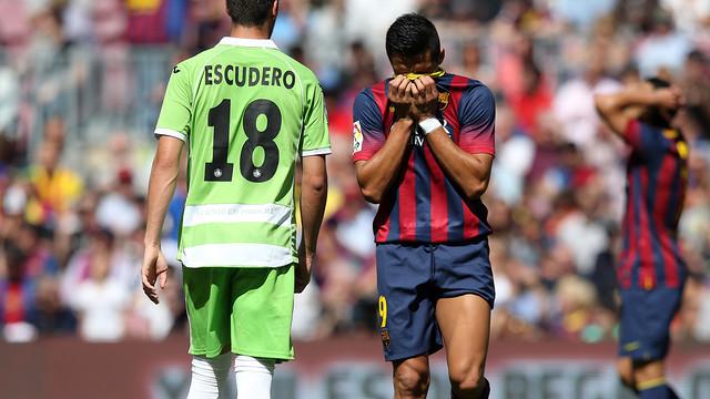 A Barça player beside Getafe's Escudero [via fcbarcelona.com]