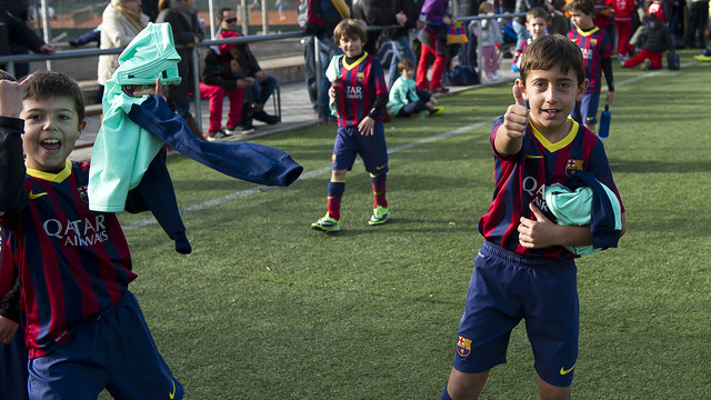 Niños de la FCBEscola disfrutando de 'Les classes del Barça'