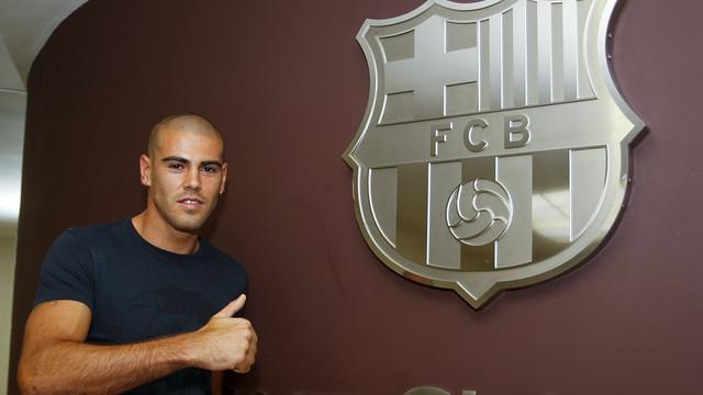 Víctor Valdés, amb l'escut del Barça / FOTO: MIGUEL RUIZ - FCB