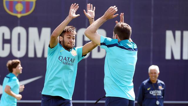 Neymar Jr dan Jordi Alba melakukan tos saat latihan siang hari ini