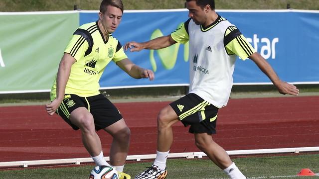 Deulofeu y Xavi luchan por un balón