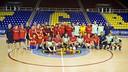 Seguidores del equipo, jugadores y miembros del cuerpo técnico se hacen una foto en el medio del Palau Blaugrana / FOTO: VÍCTOR SALGADO - FCB