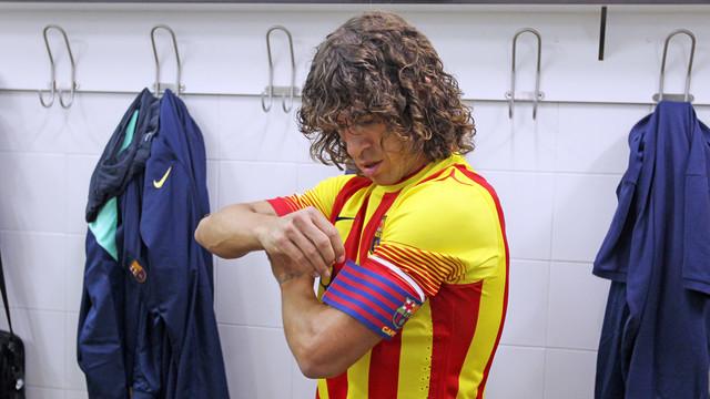 Puyol se pone el brazalete de capitán