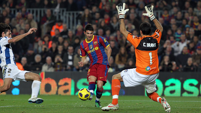 Claudio Bravo faces David Villa of Barça in the 2010/11 season / PHOTO: MIGUEL RUIZ - FCB