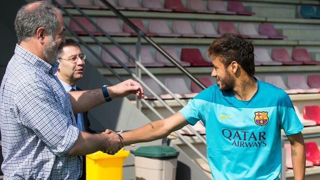 Zubizarreta y Bartomeu saludant Neymar en un entrenament