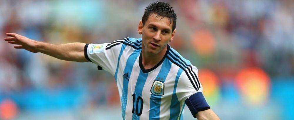 Messi sedang membentangkan tangannya pada laga Piala Dunia
