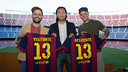 Dídac Lee greets two members of Calle 13 at the Camp Nou / PHOTO: GERMÁN PARGA - FCB