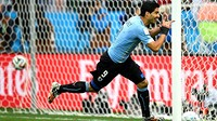 Luis Suárez celebrates a goal for Uruguay