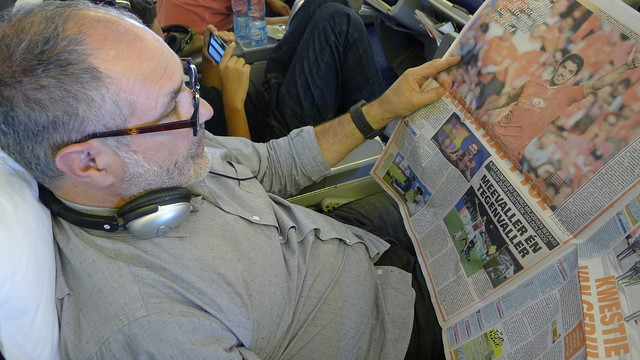 Zubizarreta checked out the media's take on the Luis Suárez transfer as he flew to Rio de Janeiro / PHOTO: FCB