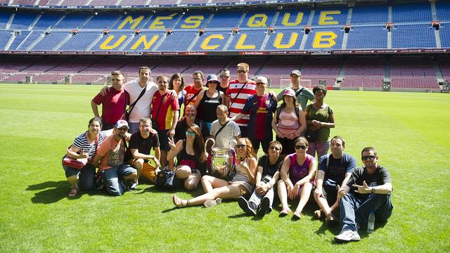 El grup de joves està envoltant la copa de la Champions a la gespa del Camp Nou