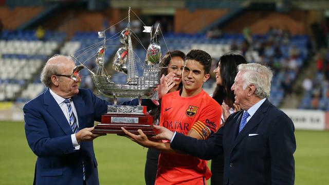 Bartra with the Trofeu Colombino / PHOTO: MIGUEL RUIZ - FCB
