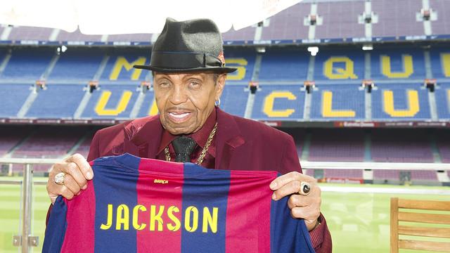 Joseph Jackson was given a personalised shirt when he visited the Camp Nou Lounge / PHOTO: VÍCTOR SALGADO-FCB