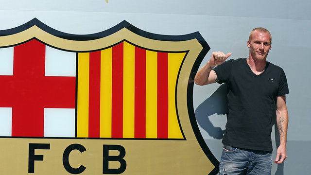 Mathieu with the FC Barcelona crest / PHOTO: MIGUEL RUIZ - FCB