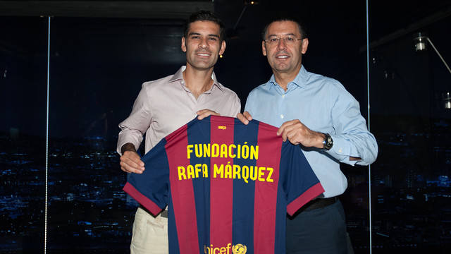 Rafa Márquez and Josep Maria Bartomeu hold on in their hands a shirt where you can read Rafa Márquez Foundation