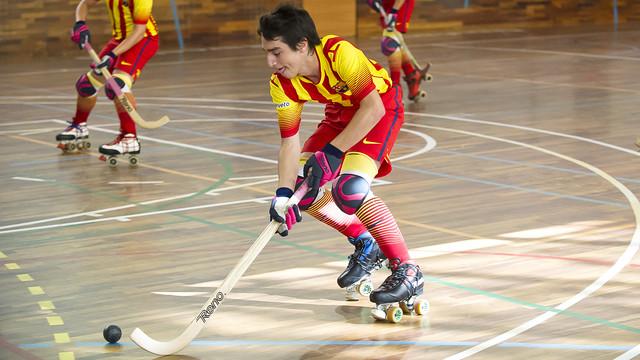 El joven Manel Román conduce la bola en un partido con el Barça