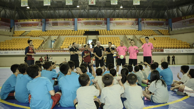 The players address the children from Jakarta