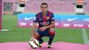 Douglas, a la gespa del Camp Nou / FOTO: MIGUEL RUIZ - FCB