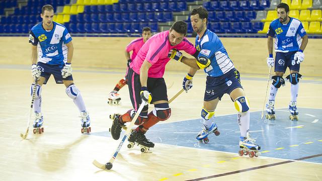 Marc Torra, con la bola controlada, intenta superar la defensa leridana