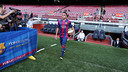 Douglas posed for pictures on the Camp Nou turf. PHOTO: MIGUEL RUIZ-FCB.