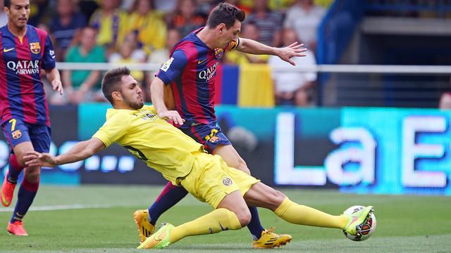 Messi sedang mengirring bola dan tim lawan berusaha mencegatnya