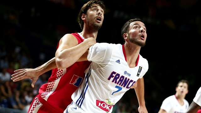Ante Tomic lluita per la pilota amb un rival francès