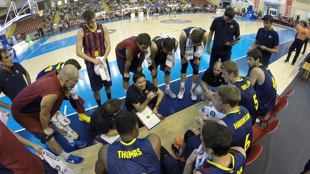 Xavi Pascual dóna ordres als seus jugadors