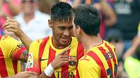 Neymar sedang berbicara kepada Messi sambil tersenyum