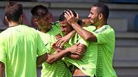 Neymar, Rafinha dan Douglas sedang bercanda pada latihan menjelang Champions