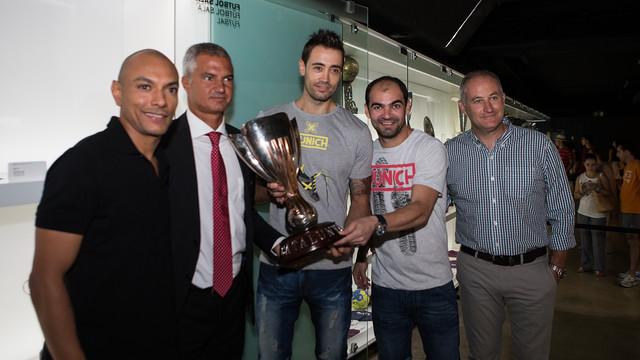 Javier Bordas, Marc Carmona y los tres capitanes han entregado la Copa Cataluña al Museo