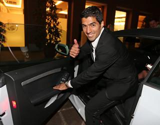 Luis Suarez sedang membuka pintu mobil untuk masuk