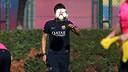Luis Enrique, con la cara tapada por un balón de la Champions / FOTO: MIGUEL RUIZ - FCB