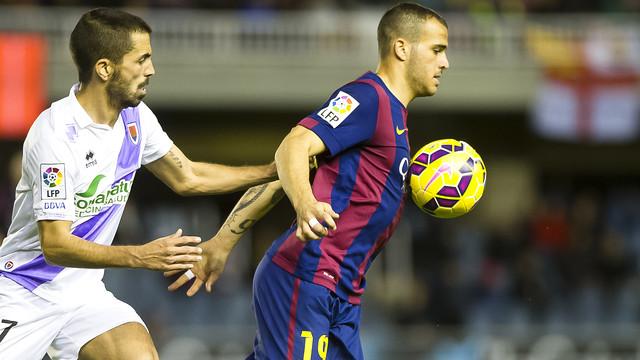 Sandro Ramírez mengontrol bola dengan dadanya sambil dibayangi lawan