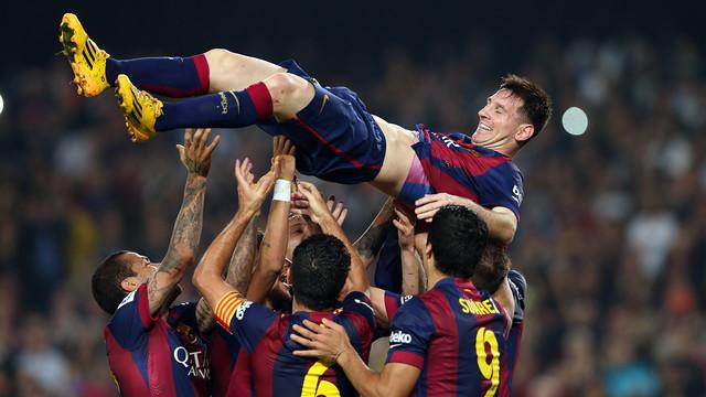 Els jugadors aixequen Messi, que ha superat el rècord de Zarra / FOTO: MIGUEL RUIZ-FCB