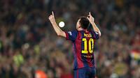 Messi mengangkat kedua tangannya keatas
