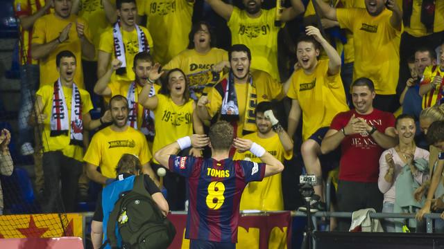El capità Víctor Tomás amb l'afició del Palau Blaugrana / FOTO: VÍCTOR SALGADO-FCB