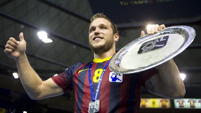 Víctor Tomás con el título de la XXIV Copa Asobal / FOTO: VÍCTOR SALGADO ARCHIVO-FCB