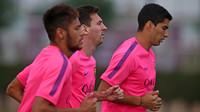 Neymar, Messi e Suárez correndo na Cidade Esportiva.