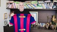 Tostão, no seu domicílio, com a camisa do Barça