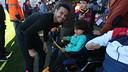 Pedro, con un niño en el Miniestadi / FOTO: MIGUEL RUIZ-FCB