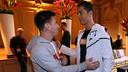 Leo Messi i Cristiano Ronaldo es van trobar a l'entrada de l'hotel de Zuric / FOTO: MIGUEL RUIZ - FCB